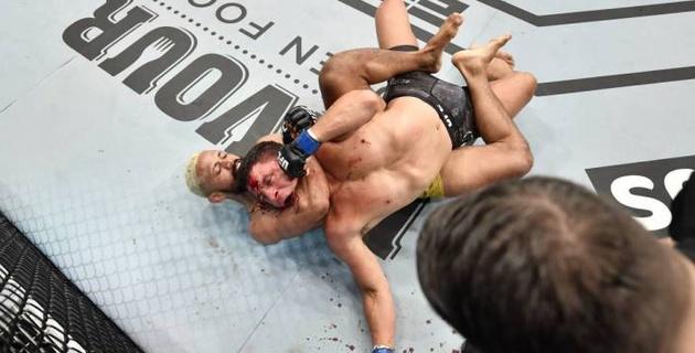 """Бразилец быстро """"задушил"""" соперника и стал чемпионом UFC"""