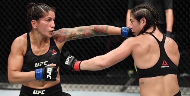 Девушка-боец из UFC неожиданно остановилась во время поединка и едва не пожалела