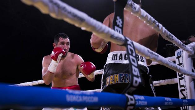 Казахстанец выиграл бой с двумя нокдаунами и защитил титулы от WBC, WBA и WBO