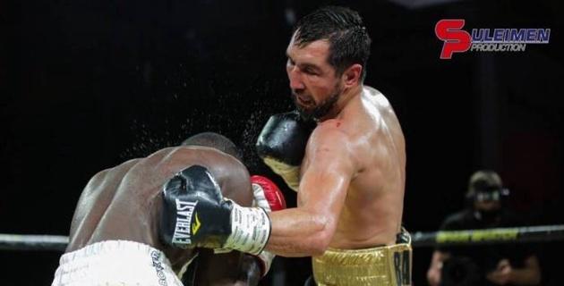 Видео боя с двумя нокдаунами, или как казахстанский боксер защитил титулы от WBC, WBA и WBO