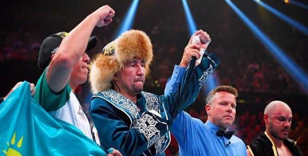 Обладатель трех титулов из Казахстана упал в рейтинге после победы в бою с двумя нокдаунами и защиты поясов