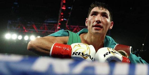Непобежденный казахстанский боксер с двумя титулами вернулся в США для проведения тренировок