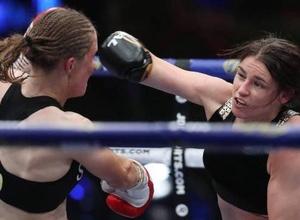 Игравшая против Казахстана экс-футболистка защитила звание абсолютной чемпионки мира в профи-боксе