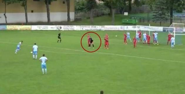 В Польше вратарь встал в стенку во время штрафного удара