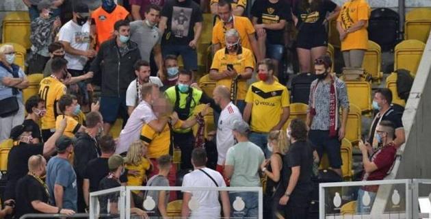 """Футболист """"Гамбурга"""" пробрался на трибуну и напал на фаната"""
