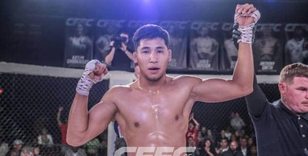 Кыргызский боец с размаху пнул в челюсть лежащего соперника, нарушил правила, но выиграл бой