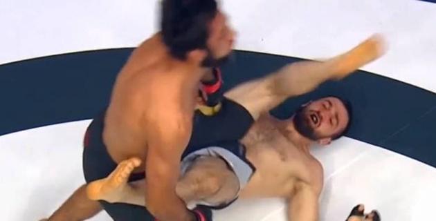 Нокаут года? Боец ММА вырубил соперника ударом ногой, лежа на спине, на турнире ACA 111 с участием казахстанцев