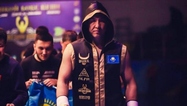 Казахстанский тяжеловес победил техническим нокаутом узбекского боксера за титулы от WBC и WBA
