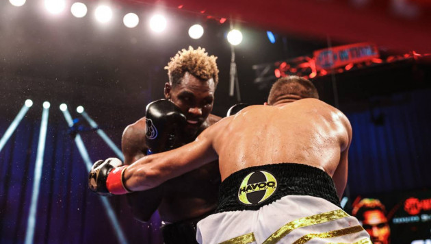 Видео полного боя, или как Чарло защитил титул в весе Головкина от посягательств Деревянченко