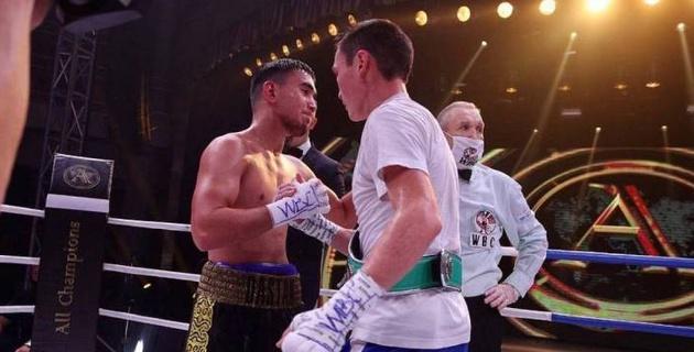 Казахстанcкий боксер трижды побывал в нокдауне и проиграл россиянину в бою за титул WBC