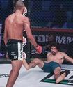 Боец MMA внезапным ударом в голову нокаутировал соперника