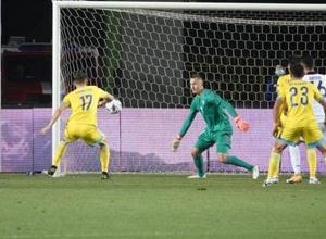 Футболист сборной Казахстана выбил мяч из пустых ворот в матче Лиги наций