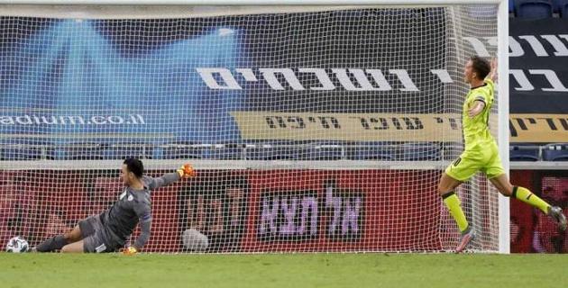Вратарь сборной Израиля пропустил нелепый гол в матче Лиги наций