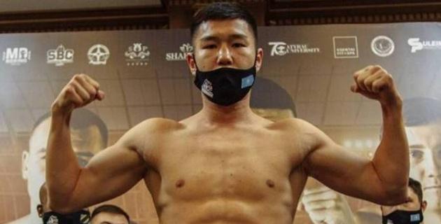 22-летний чемпион мира из Казахстана вырубил соперника в своем дебютном бою в профи