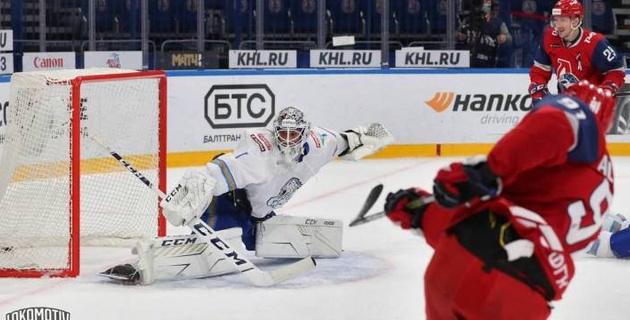 """Ожидаемый провал. Как Михайлис """"подставил"""" вратаря под обстрел новой команды Скабелки в КХЛ"""