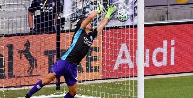 Защитник после удаления голкипера в серии пенальти встал в ворота и отразил решающий удар