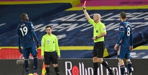 """Игрок """"Арсенала"""" боднул соперника в стиле Зидана и получил красную карточку"""