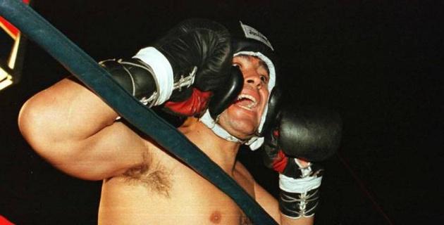 Марадона в 1996 году дебютировал в боксе. Досталось даже рефери