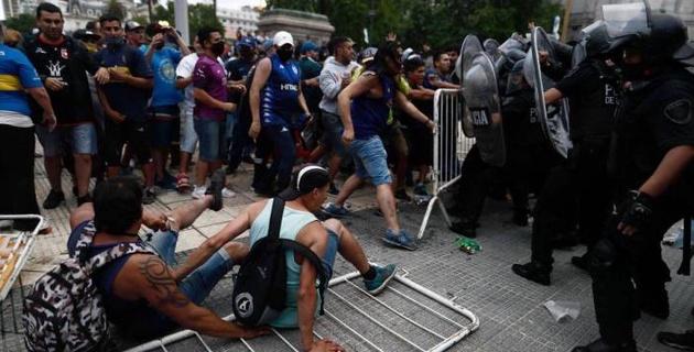 В Аргентине на церемонии прощания с Марадоной произошли беспорядки