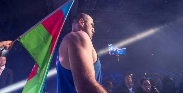 Супертяж с победой нокаутом над Дычко вырубил оппонента в карде экс-соперников Головкина