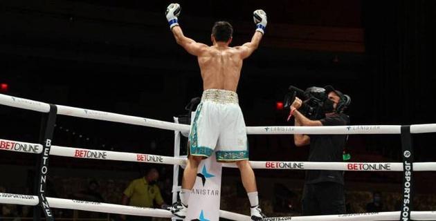 Видео боя, или как Елеусинов дважды отправил Индонго в нокдаун и завоевал первый титул в профи