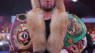 Казахстанец нокаутировал небитого соперника в третьем раунде в бою за три титула