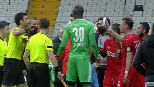 В Турции футболист показал судье повтор эпизода на смартфоне и был удален