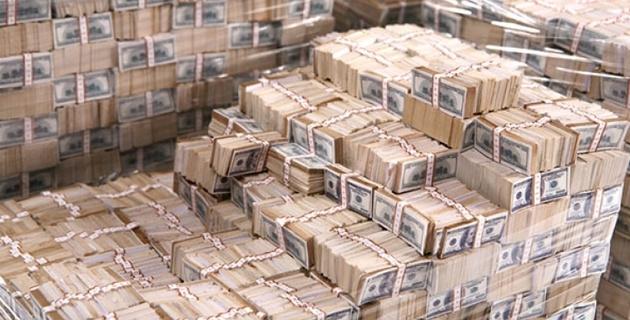 Из-за резкого падения курса рубля россияне бросились скупать доллары