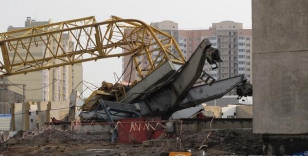 Строительный кран упал на роддом в Москве