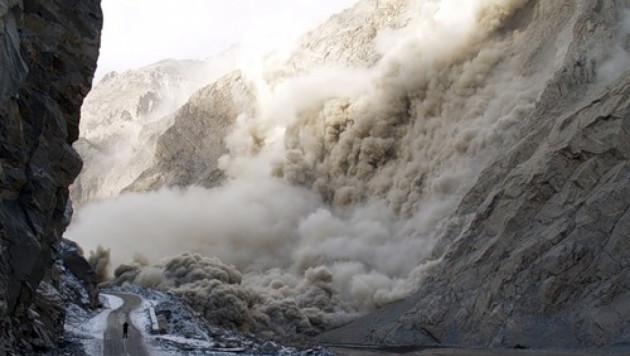 Каменная масса завалила людей на горной дороге в Армении