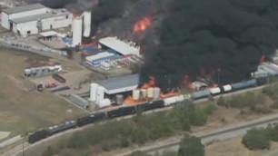 Из-за пожара на химзаводе в США эвакуировали тысячи человек
