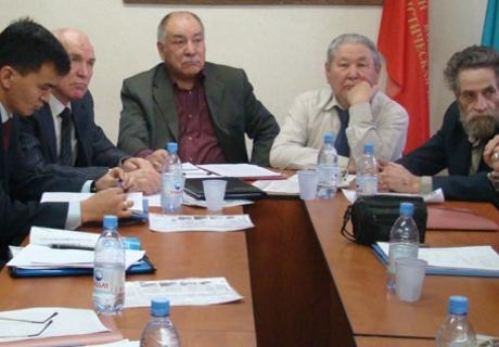 Заседание Коммунистической партии Казахстана. В центре - Газиз Алдамжаров, справа Серикболсын Абдильдин. Фото с сайта komparty.kz