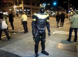 В Сиэтле за хулиганство арестовали супергероя Феникса Джонса