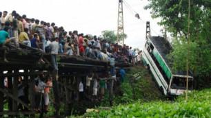 25 человек погибли при падении автобуса с обрыва в Индии