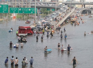 На реке в центре Бангкока прорвало дамбу