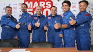 """Участники эксперимента """"Марс-500"""" вернулись на Землю"""