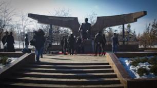 В Алматы поставили памятник Назарбаеву