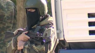 В Каспийске силовики блокировали дом с боевиками