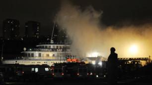 Горящий в московском порту теплоход накренился