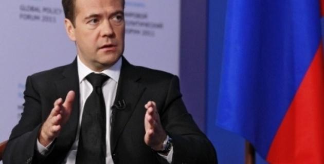 """Медведев назвал """"совпадением"""" высылку таджикских мигрантов"""