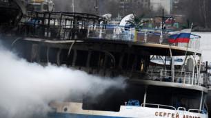 Горящий в московском порту теплоход начал тонуть