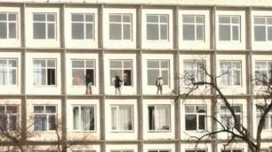 Учительницу уволили из-за фото с моющими окна с карниза 3-го этажа школьниками