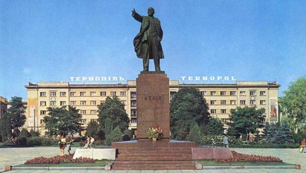 В Тернополе решили увековечить стоящих на коленях Сталина и Гитлера