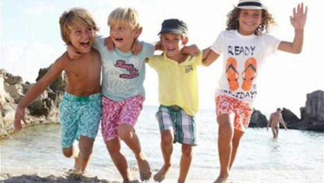 В рекламный плакат французской детской одежды попал голый мужчина