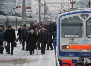 Электричка в Подмосковье протащила зажатую в дверях женщину по платформе