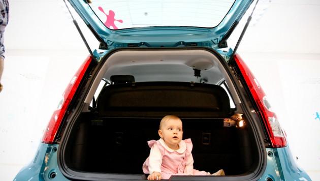 Венгр возил четверых детей в багажнике машины