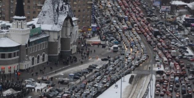 Москва встала в многокилометровых пробках