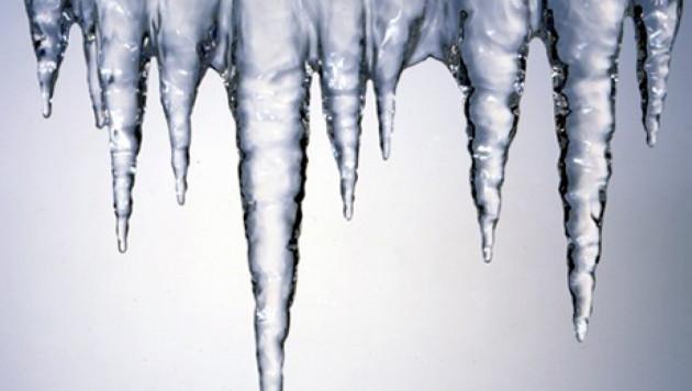 В Саратове на девятилетнюю девочку с крыши упала глыба льда