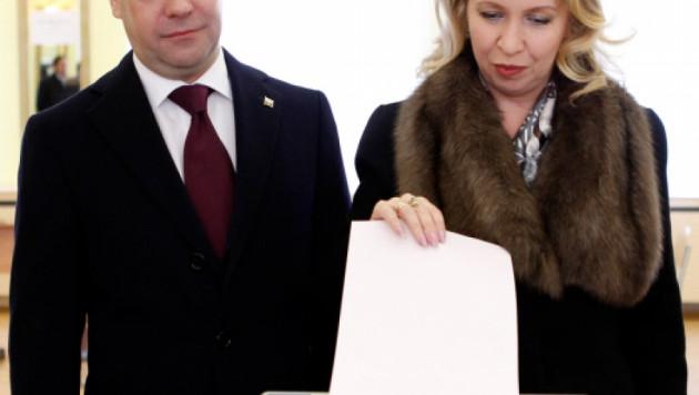 Медведев с супругой проголосовал на президентских выборах