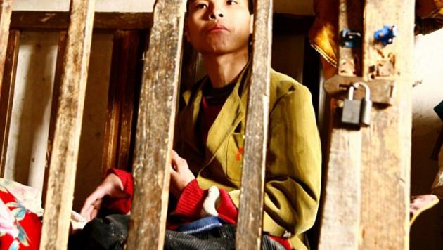 В Китае родители продержали сына в клетке 23 года